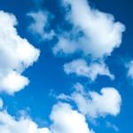 blauer Himmel mit Schäfchen-Wolken